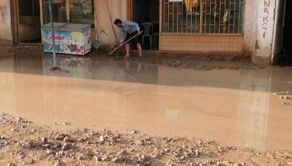 Gürpınar'da sağanak sele neden oldu (VİDEO)