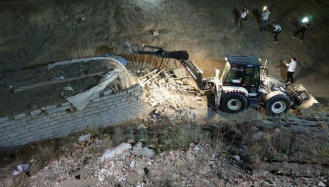 Düzensiz göçmenlerin yerleştirildiği şok evler yıktırıldı