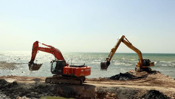 Vali Gölü kıyıları dip çamurundan arındırılıyor!