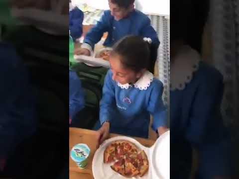 İlk defa pizza gören öğrenci, öğretmenim bu nasıl yeniyor (VİDEO)
