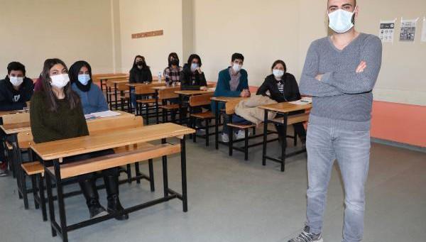 Vanlı öğrencileriyle İngilizce şarkı hazırlayıp, klip çekti