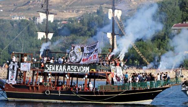 Beşiktaşlılar Teknelerle Meşale Yakıp Van Gölü'nde Şampiyonluk Kutlaması Yaptı